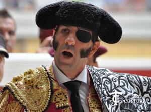 Padilla liándose el capote de paseo en Logroño.
