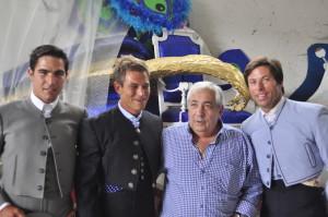 Luis Mari López, empresario, con los toreros.