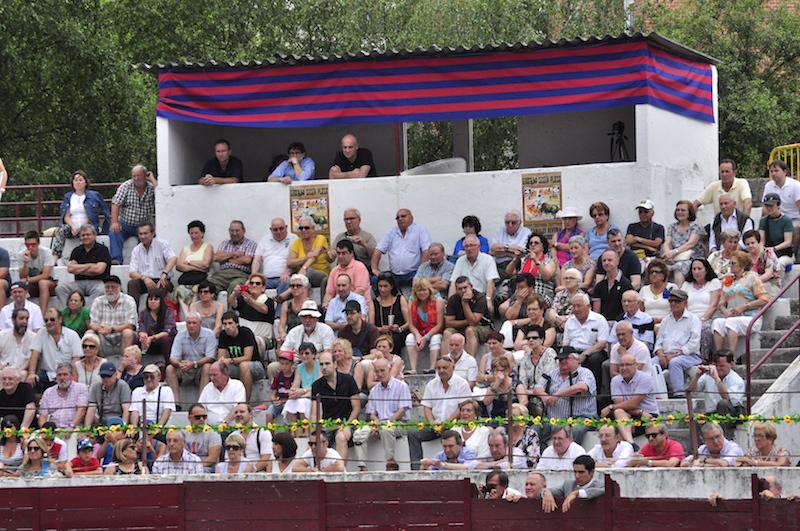 Público en la plaza de Eibar.